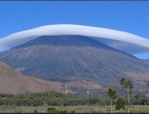 Awan lenticular yang terbentuk di atas gunung