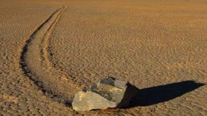 Melihat batu 'bergerak' di atas gurun pasir