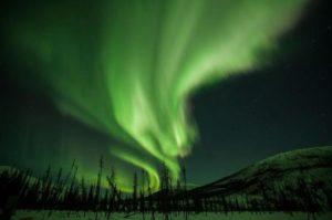 Menyaksikan langit yang dihiasi oleh aurora